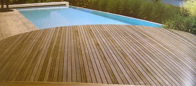 Pavimentazione decking in legno attorno la piscina sono - Piscina da esterno prezzi ...