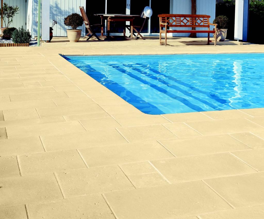 Bordi e pavimentazione per piscina in pietra ricostruita for Pavimentazione per piscine fuori terra