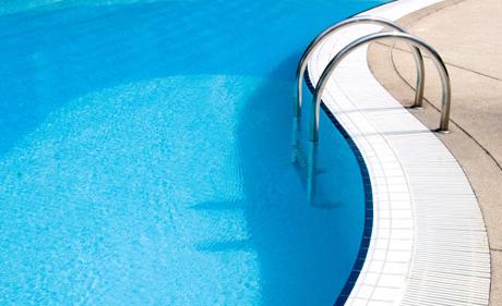 piscina pulita con i robot dolphin