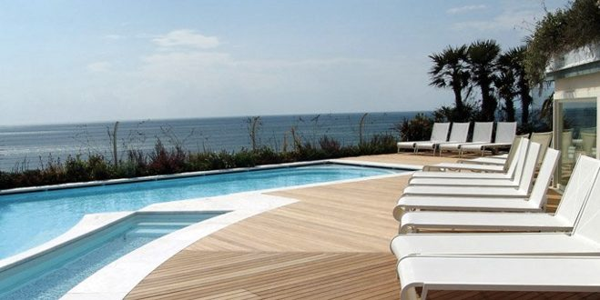 Pavimenti in legno per esterni in quadrotte e decking per bordo