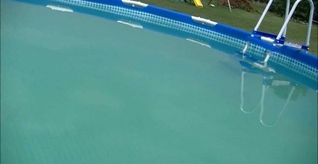 Acqua torbida in piscina