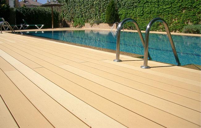 Pavimento in legno composito per piscina - Blog Piscine