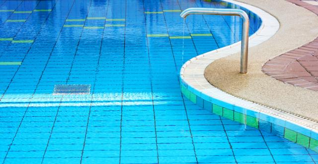 piscina rivestita in piastrelle