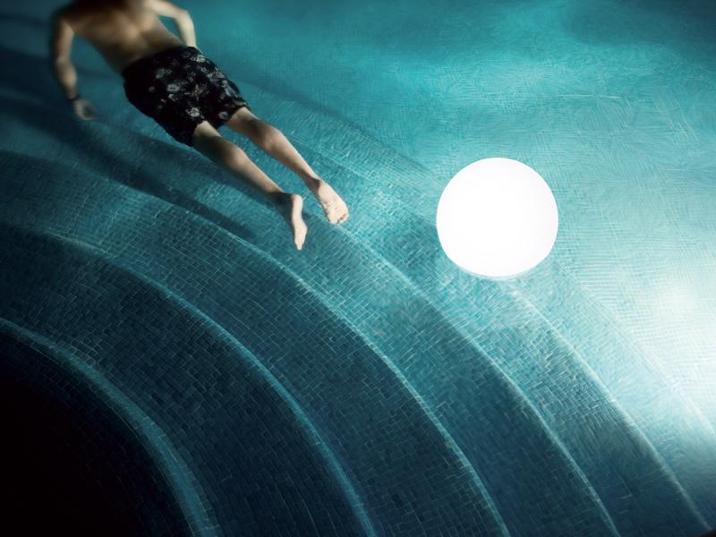 Giochi d 39 acqua di ogni tipo per piscina le migliori idee - Strisce led per bordo piscina ...