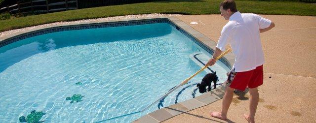 Rimuovere sabbia dalla piscina