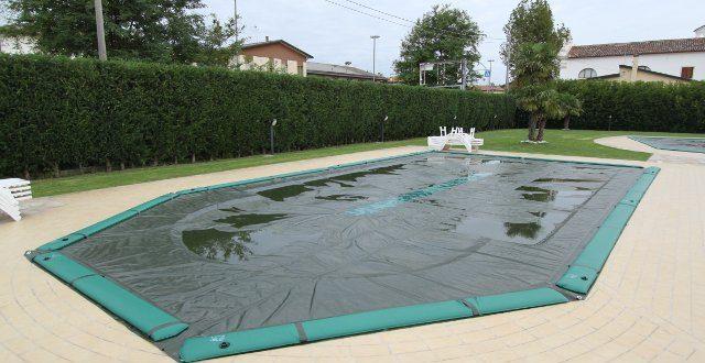 eliminare l'acqua stagnate dalle coperture invernali