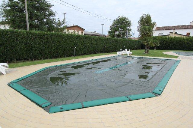 Come eliminare l'acqua stagnante dalle coperture invernali per piscine