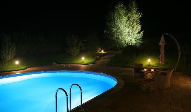 Illuminazione piscina come scegliere la pi adatta - Strisce led per bordo piscina ...