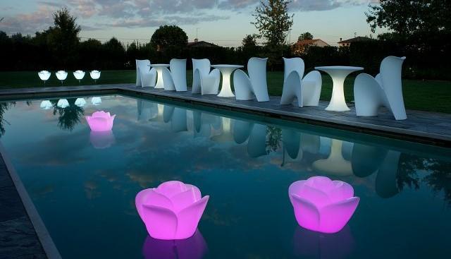 illuminazione piscina con lampade galleggianti