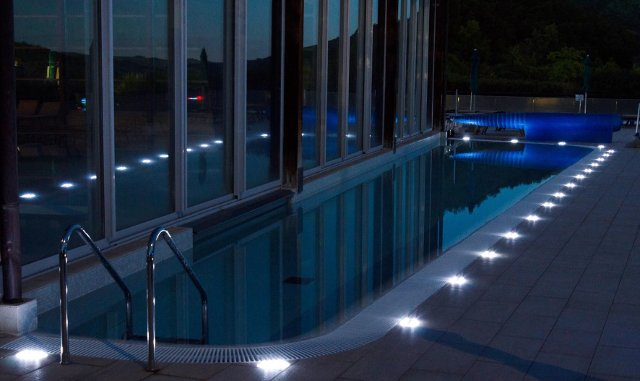 Illuminazione piscina come scegliere la pi adatta - Luci per piscina ...