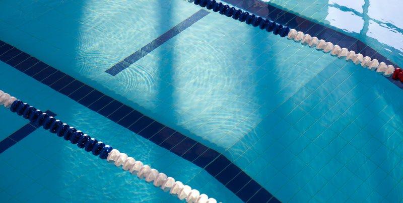 trucchi per pulire le piastrelle della piscina