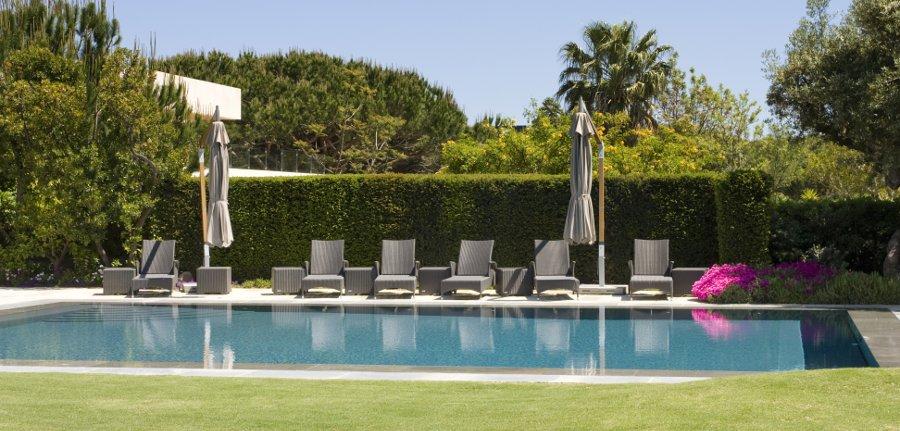 le siepi garantiscono privacy in piscina