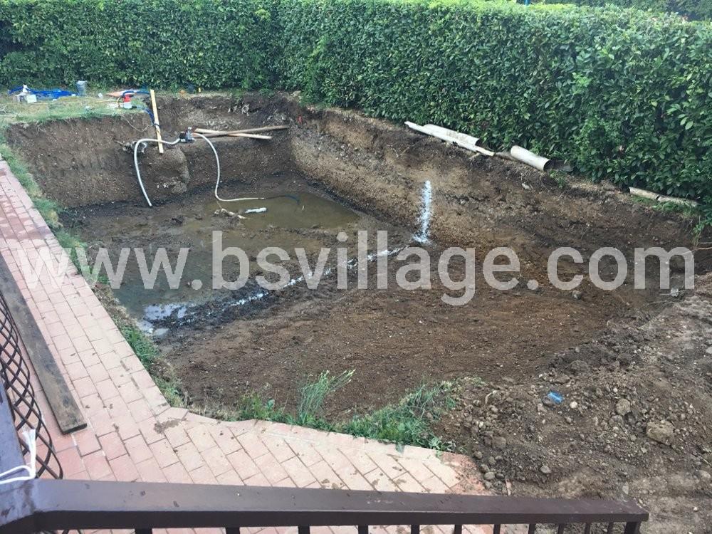 scavo per costruire una piscina in cemento armato