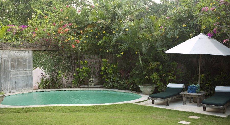 arredare il bordo piscina con lettini e ombrelloni