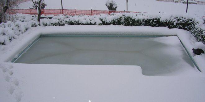 rimuovere la neve dalla copertura invernale