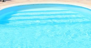 come pulire il liner della piscina