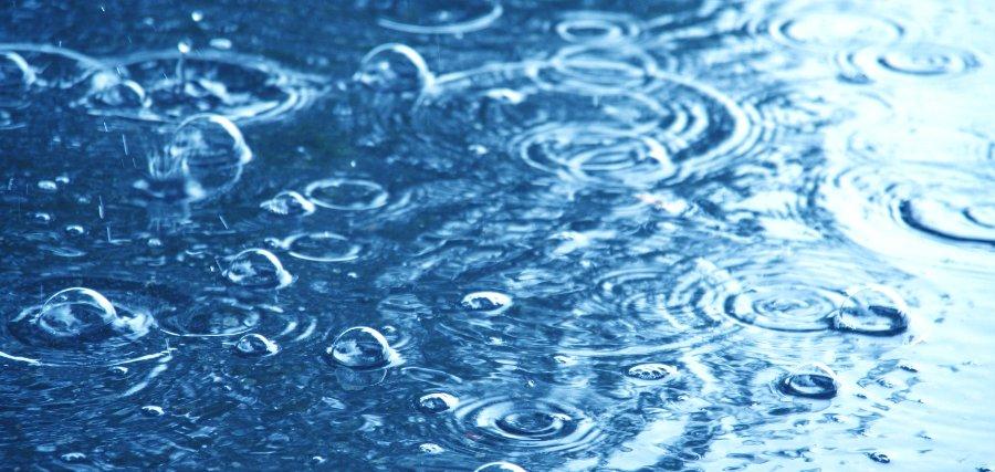 pioggia in piscina