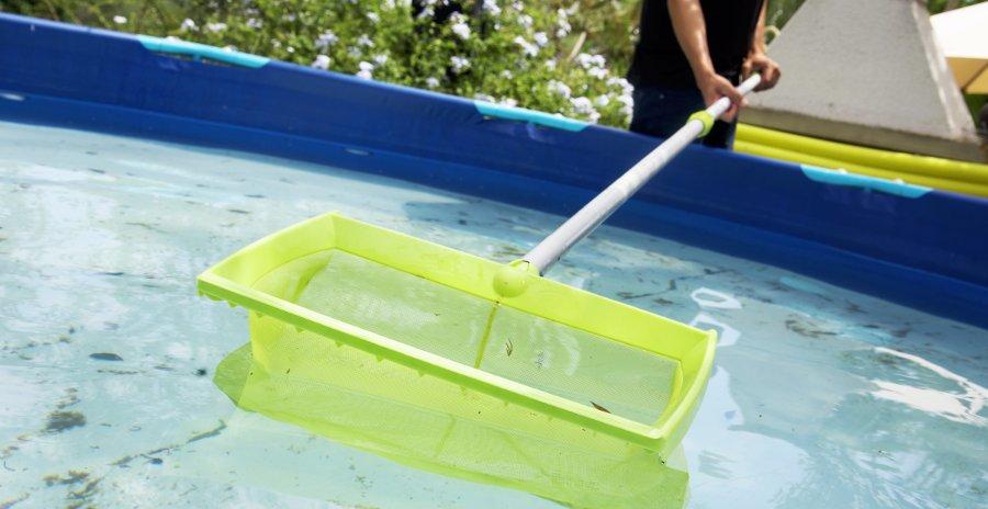 pulire piscina con retino dopo pioggia