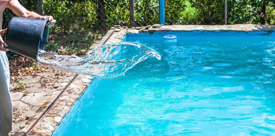trattamento shock per rimuovere i girini dalla piscina