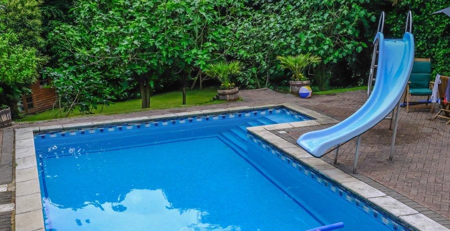 scivolo curvo per piscina