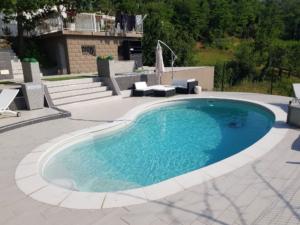 piscina con bordo bianco