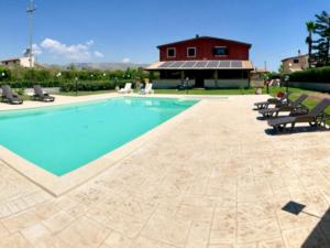 piscina con pavimentazione chiara