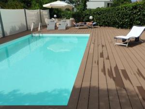 piscina con pavimentazione in wpc