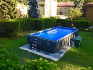 piscina fuori terra in giardino