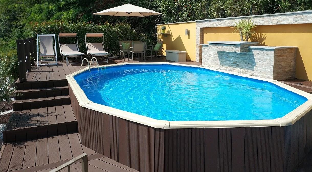piscina seminterrata con deck