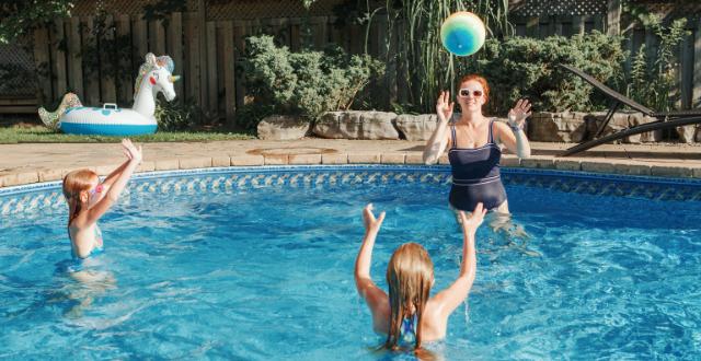 giocare in piscina